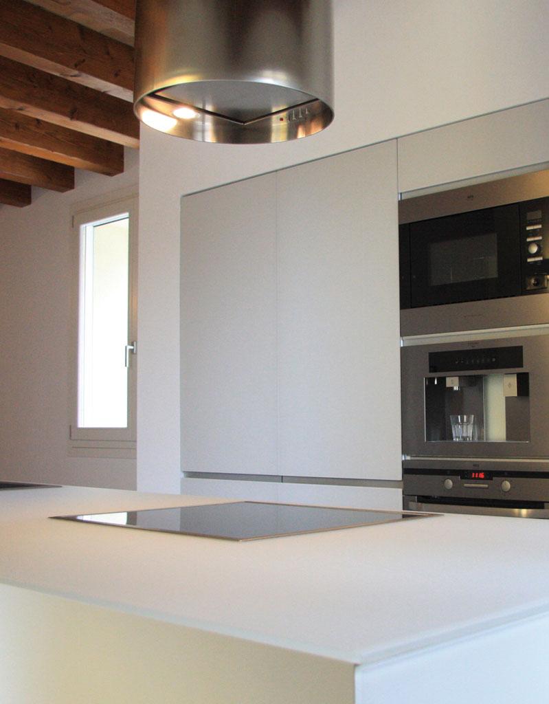 Luogo accogliente, generosa nelle dimensioni pensata non solo per cucinare, questa cucina di forte impatto scenografico è fatta di volumi rigorosi e dall'estetica funzionale.